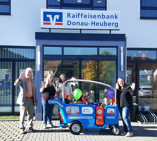 Vorstandsvorsitzender Herr Rolf Schiele, Kindergartenbetreuerinnen und Marketingleitung Frau Annalena Kiehne